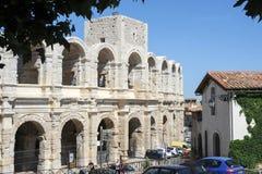 Люди идя перед amphithater на Arles Стоковое Изображение