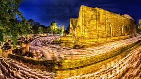 Люди идя с освещенными свечами вокруг древнего храма, Cand Стоковые Фото