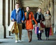 Люди идя с хозяйственными сумками Стоковое Изображение RF
