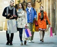 Люди идя с хозяйственными сумками Стоковые Изображения