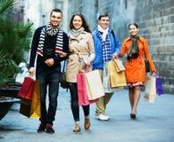 Люди идя с хозяйственными сумками Стоковое фото RF