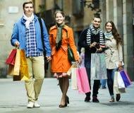 Люди идя с хозяйственными сумками Стоковые Изображения RF