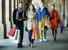 Люди идя с хозяйственными сумками Стоковые Фотографии RF