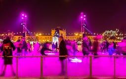 Люди катаясь на коньках на внешнем катании на коньках rink на квадрате короля Tomislav, Загребе, Хорватии Стоковая Фотография