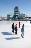 Люди катаясь на коньках на катке катания на коньках старого порта Стоковое фото RF
