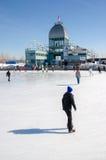 Люди катаясь на коньках на катке катания на коньках старого порта Стоковая Фотография RF
