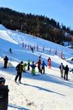 Люди катаясь на лыжах в Швейцарии Стоковая Фотография RF