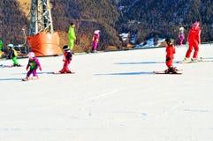 Люди катаясь на лыжах в швейцарце Альпах Стоковая Фотография