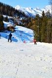 Люди катаясь на лыжах и имея потеху, Швейцарию, швейцарца Альпы Стоковое Фото