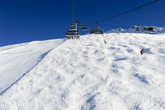 Люди катаясь на лыжах и идя вверх гора подвесным подъемником Стоковое Фото
