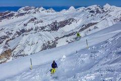 Люди катаясь на лыжах на Mt Titlis в Швейцарии Стоковые Изображения