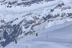 Люди катаясь на лыжах на Mt Titlis в Швейцарии Стоковое Фото