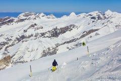 Люди катаясь на лыжах на Mt Titlis в Швейцарии Стоковые Фото