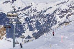 Люди катаясь на лыжах на Mt Titllis в Швейцарии Стоковое Изображение RF