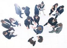 Люди команды дела собирают стойку толпы полнометражную изолированную на w стоковые изображения rf