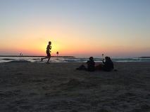 Люди, который побежали на пляже Стоковое Изображение RF