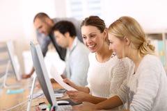 Люди коллежа работая на компьютере Стоковые Фотографии RF