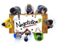 Люди коллективно обсуждать о концепциях переговоров Стоковые Фото