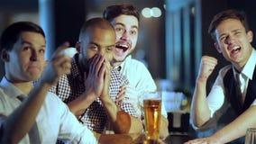 Люди кричат и радуются в встрече и выпивают пиво видеоматериал