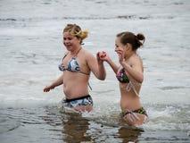 Люди купают в реке в зиме. Христианское явление божества религиозного праздника Стоковая Фотография RF
