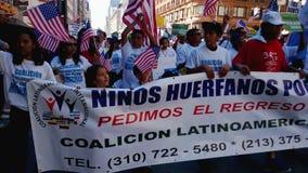 Люди маршируя на ралли иммиграции видеоматериал