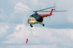 Люди мельницы 8 вертолета пристойные, Россия, Tyumen август 2014 Стоковые Изображения RF