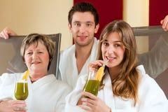 Здоровье - люди в спе с Хлорофилл-Встряхиванием стоковое фото