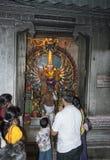 Люди молят в индусском виске Стоковая Фотография RF
