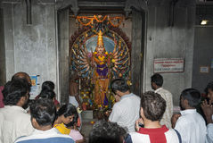 Люди молят в индусском виске Стоковые Фото