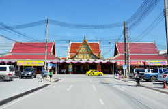 Люди моля Luang Pho Wat Rai Khing статуя Будды на Стоковые Фото