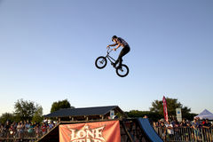 Люди наблюдают великолепную конкуренцию велосипеда BMX Стоковое Фото