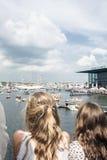 Люди наблюдают шлюпки в море в Европе стоковые фотографии rf