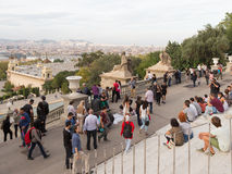 Люди наблюдая верхнюю часть Барселоны Стоковое Изображение