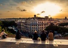 Люди наблюдая заход солнца в Риме Стоковые Изображения