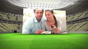 Люди наблюдая монтаж кубка мира сток-видео