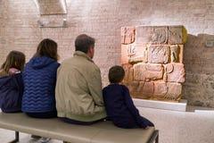 Люди наблюдая на египетских иероглифических надписях на wal Стоковое Фото