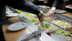 Люди наводят еду catering Наведите салат Таблица распределения продуктов питания сток-видео