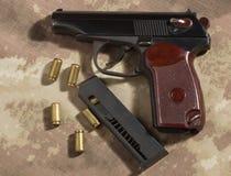 Люди нагружают боеприпасы в пистолете Makarov зажима Стоковое Изображение