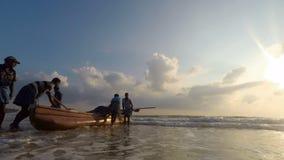 Люди нажимая шлюпку подготавливая плавать сток-видео