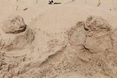 Люди насыпи песка Стоковая Фотография RF
