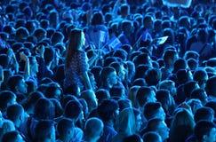 Люди наслаждаются концертом рока на стадионе стоковые фотографии rf
