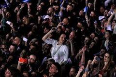 Люди наслаждаются концертом рока на стадионе стоковое фото