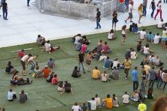 Люди наслаждаются концертом утеса стоковое изображение rf
