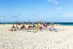 Люди наслаждаются курсом фитнеса на южном пляже Стоковые Фотографии RF