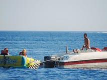Люди наслаждаются морем Стоковая Фотография