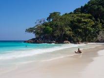 Люди наслаждаются на белом пляже и голубом море Стоковые Фотографии RF
