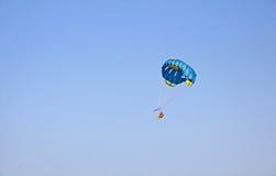 Люди наслаждаются параглайдингом в небе стоковые изображения