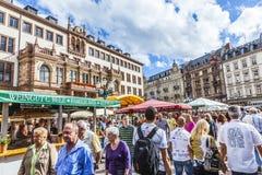 Люди наслаждаются рынком на центральном рыночном мести в Висбадене стоковое фото rf