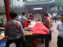 Люди наслаждаются свининой жаркого в поклонении виска Стоковая Фотография