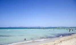Люди наслаждаются солнечным днем на del Muro в Мальорке, Испании Playa стоковые изображения rf